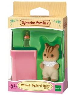 Фигурка за игра Sylvanian Families - Бебе катеричка, Walnut