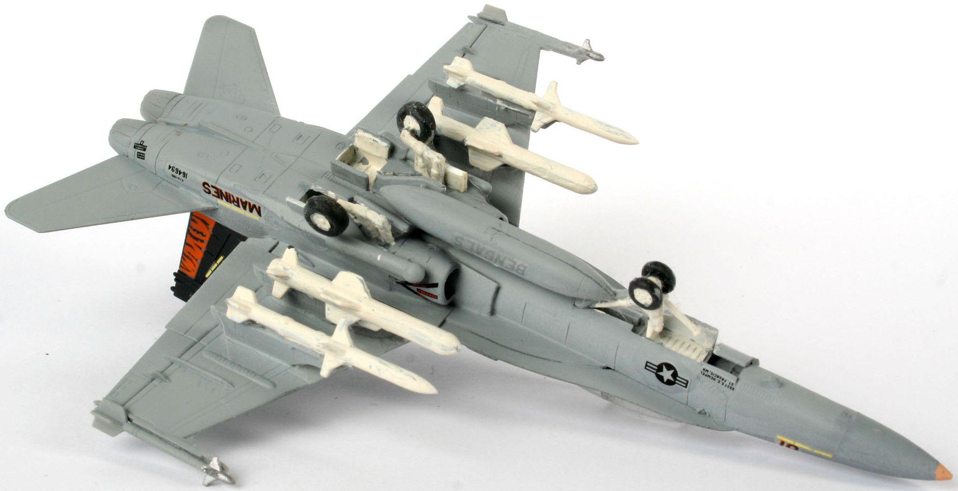 Сглобяем модел на военен самолет Revel - F/A-18 D Hornet Wild Weasel (04064) - 2