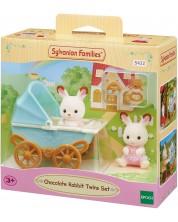 Комплект фигурки Sylvanian Families - Зайчета близнаци, Chocolate, с бебешка количка